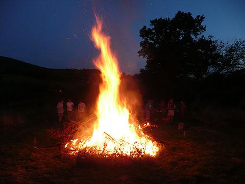 Lotussy Centre de Ressourcement - vrijwilligers stoken een groot vuur op Lotussy