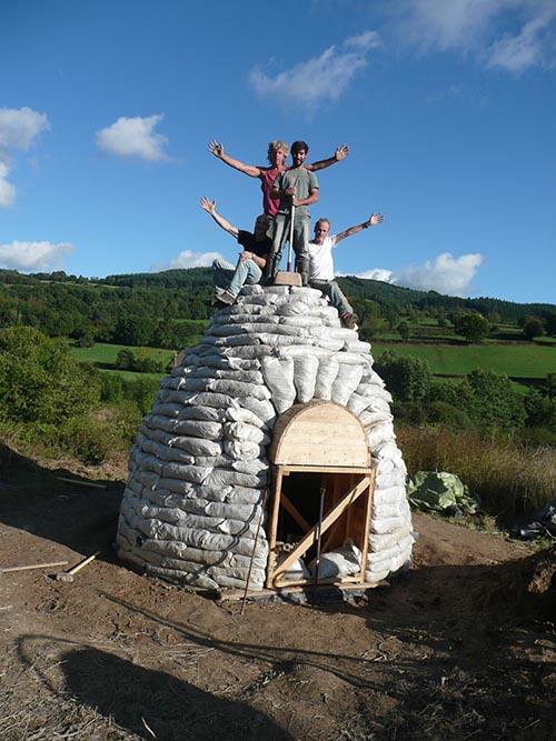 Het werk zit erop. De bouwers staan trots en blij boven op de earth dome.